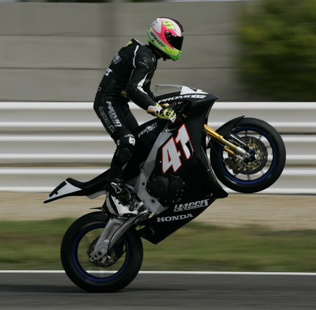 Spectacular wheelie of Aleix Espargar.
